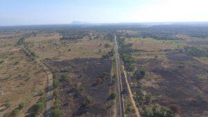 Grandes superficies de tierra como esta, en el área de Sinhapura, en la provincia Central del Norte de Sri Lanka, se degradaron tras años de sobreexplotación. Crédito: Sanjana Hattotuwa/IPS