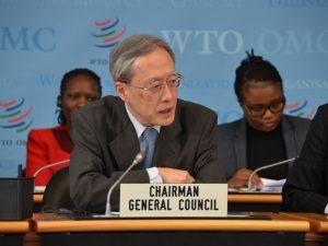 El embajador japonés Junichi Ijara, presidente del Consejo General, cuerpo supremo de la OMC durante los recesos de la conferencia ministerial, anunció el lanzamiento inmediato de discusiones informales para tratar de resolver la crisis del tribunal sobre diferencias del organismo. Crédito: OMC