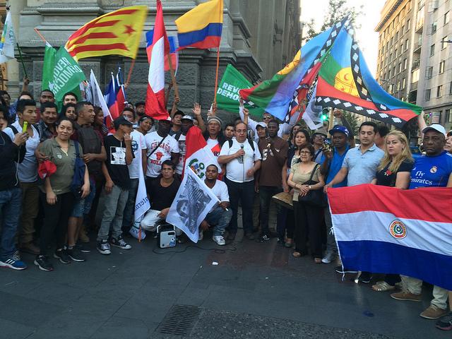 Inmigrantes en Chile, un polo de atracción de la migración dentro de América Latina, celebran ondeando banderas de sus países en la emblemática Plaza de Armas de Santiago la Fiesta de las Culturas por una Migración Digna, el 18 de diciembre, el Día Internacional del Migrante. Crédito: Orlando Milesi/IPS