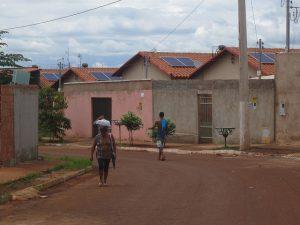 Un grupo de casas con paneles fotovoltaicos en sus techos, en el Residencial Maria Pires Perillo, a dos kilómetros de la ciudad de Palmeiras de Goiás. Con 740 viviendas, es el mayor proyecto de energía solar en conjuntos habitacionales de interés social en el estado de Goiás, en el centro de Brasil. Crédito: Mario Osava/IPS