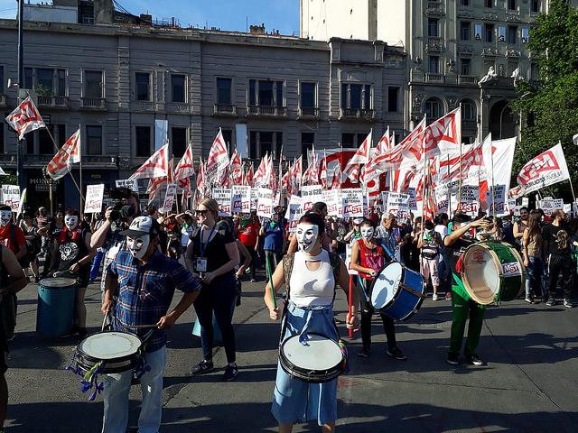 Manifestantes protestan en Buenos Aires contra la 13 Cumbre del Grupo de los 20, que acogió la capital argentina el 30 de noviembre y el 1 de diciembre, cerrada con débiles consensos, salvo sobre cambio climático, en el que el presidente estadounidense, Donald Trump, reafirmó su rechazo al Acuerdo de París. Crédito: Daniel Gutman/IPS