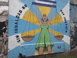 """""""Sin igualdad no hay justicia"""", se subraya en un mural con una imagen de esa justicia, en reclamo de mayor protección para los derechos de las mujeres, pintado en el barrio de Caballito, en Buenos Aires. El movimiento de las mujeres conquistó gran visibilidad este año en Argentina, con campañas como la de la despenalización del aborto, aunque fue derrotada en el parlamento. Crédito: Daniel Gutman/IPS"""