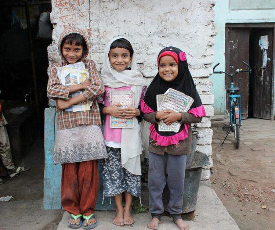Niñas en edad escolar en la zona rural de Bihar, en India. En la mayoría de los pueblos indios una de cada 10 niñas de entre 10 y 14 años no van a la escuela para ayudar en las tareas del hogar. Crédito: Manipadma Jena/IPS