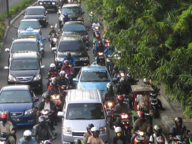 """Embotellamiento en la capital de Indonesia. La contaminación del aire en Yakarta es el triple del máximo considerado """"seguro"""" por la Organización Mundial de la Salud. Crédito: Alexandra Di Stefano Pironti/IPS."""