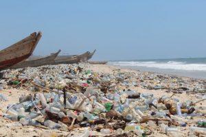 Ghana importa unas 2,58 millones de toneladas de plásticos al año, de los cuales alrededor de 73 por ciento terminan en los vertederos. Crédito: Albert Oppong-Ansah/IPS.