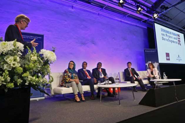 Un panel de debate sobre políticas para la paz. Crédito: Instituto Internacional de Estudios para la Paz de Estocolmo (Sipri).