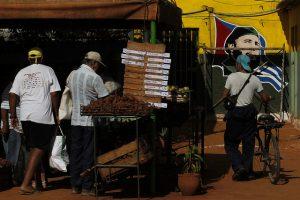 Algunos consumidores adquieren alimentos en un mercado que gestionan trabajadores por cuenta propia, en el municipio de La Lisa, uno de los que integran La Habana. En torno a 80 por ciento de los alimentos que se consumen en Cuba son importados, una carga para su alicaída economía. Crédito: Jorge Luis Baños/IPS