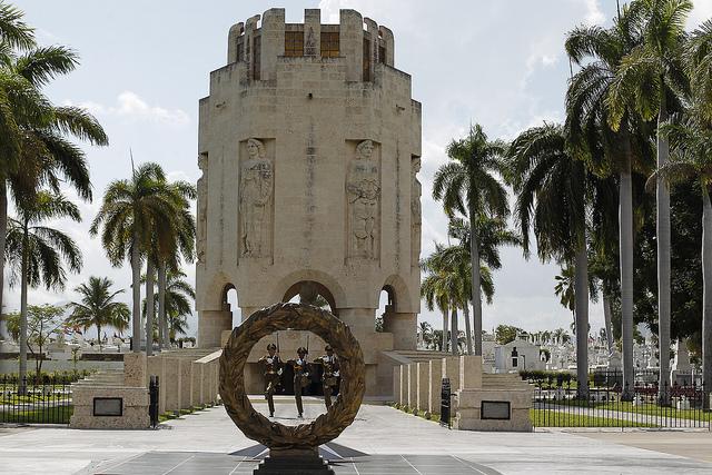 Tres efectivos de las Fuerzas Armadas Revolucionarias, ante la entrada del mausoleo dedicado al héroe nacional de Cuba, José Martí, en el cementerio de Santa Ifigenia, donde también reposan las cenizas de Fide Castro, en la oriental ciudad de Santiago de Cuba. Crédito: Jorge Luis Baños/IPS