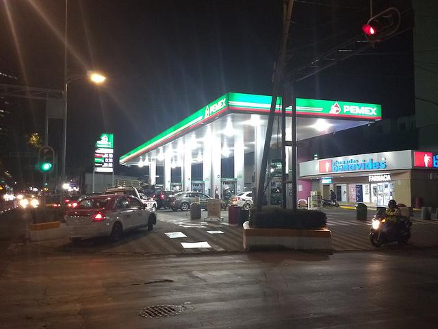 Conductores aguardan a altas horas de la noche en una estación de gasolina del sur de Ciudad de México. Las medidas del gobierno en su batalla contra el robo del combustible generaron una crisis de desabastecimiento en la capital y varios estados. Crédito: Emilio Godoy/IPS