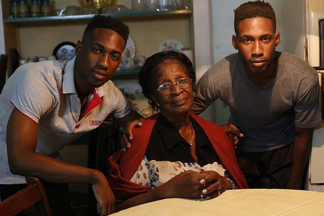 La filóloga Mercedes Lina Cathcart junto a sus dos nietos, Javier Alejandro y José Ernesto Bonne, en su vivienda en la ciudad de Santiago de Cuba, en el este del país caribeño. Crédito: Jorge Luis Baños/IPS