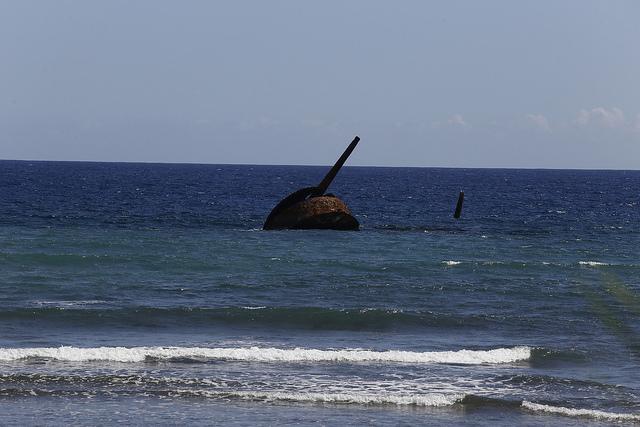 Los restos de un barco de guerra hundido hace más de 120 años, desde la orilla de la playa de Juan González, en el municipio Guamá, en el este de Cuba. Algunas de estas piezas están amenazadas por los cambios ocurridos en la dinámica costera que se relacionan con el cambio climático. Crédito: Jorge Luis Baños/IPS