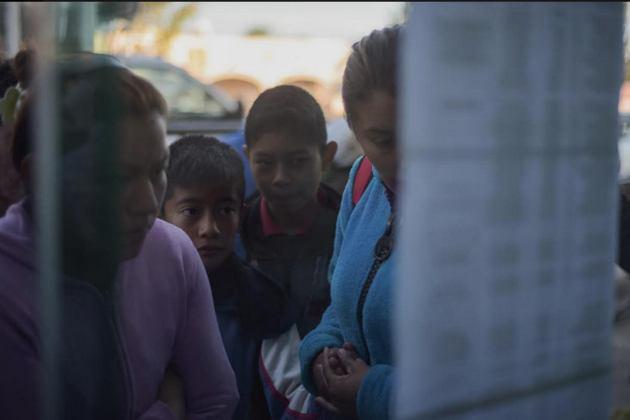 Familiares buscan datos sobre sus desaparecidos en el estallido del ducto de gasolina en el municipio mexicano de Tlahuelipan, . Crédito: Ximena Natera/Pie de Página