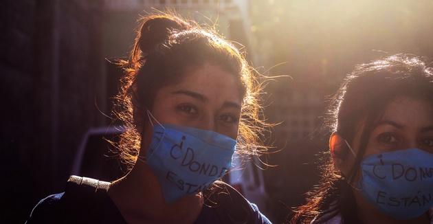 Karina Morales, junto a otra voluntaria, participa en la Cuarta Brigada Nacional de Búsqueda de Desaparecidos, en el municipio de Huitzuco, en el suroeste de México. Crédito: Efraín Tzuc/Pie de Página
