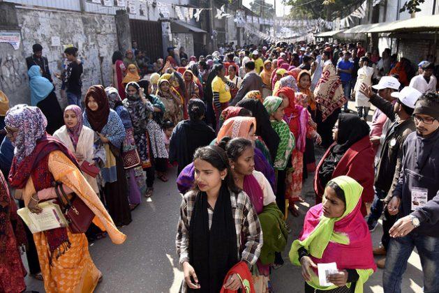 Mujeres hacen fila para votar en una escuela convertida en centro de votación en Tejgaon, en Daca, Bangladesh. Crédito: Sheikh Hasan Ali/IPS