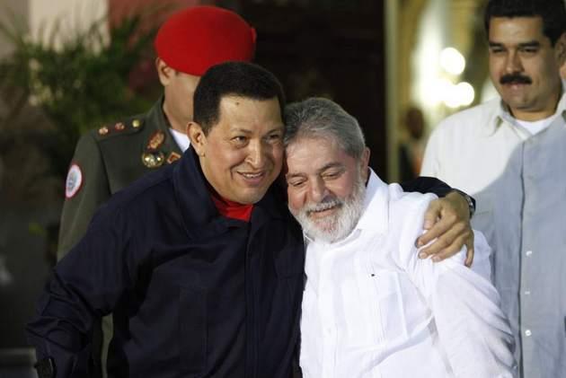 El fallecido presidente venezolano Hugo Chávez (1999-2013) y su par brasileño, Luiz Inácio Lula da Silva, y detrás, a la derecha, Nicolás Maduro, en uno de sus frecuentes encuentros en Caracas. Chávez y Lula, actualmente preso por una condena de corrupción, representaron dos modelos de la izquierda que triunfó en América Latina la primera década del siglo, y que ahora está en neto reflujo en la región. Crédito: AVN