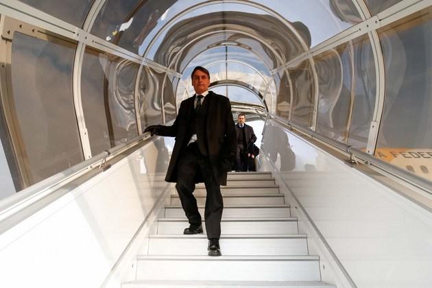 El presidente brasileño, el ultraderechista Jair Bolsonaro, baja del avión que lo trasladó a Suiza, en su primer viaje internacional, para participar en el Foro Económico Mundial de Davos, mientras su gobierno comienza a meterse en el túnel de la corrupción, antes de cumplirse un mes de su gestión. Crédito: Alan Santos/PR-Fotos Públicas
