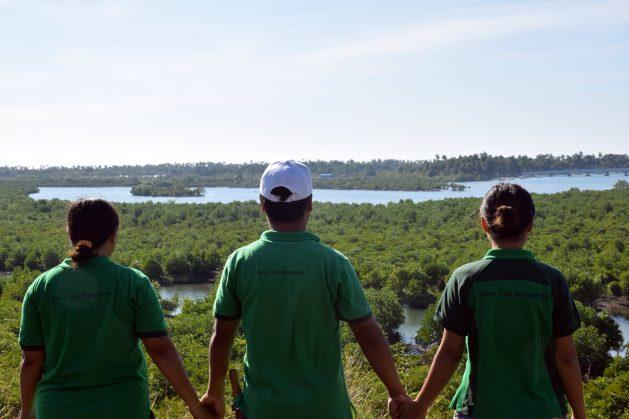 Jóvenes plantadores observan el bosque de manglares en Shwe Thaung Yan, en la región de Ayyerwady, en Birmania (Myanmar). Crédito: Stella Paul/IPS