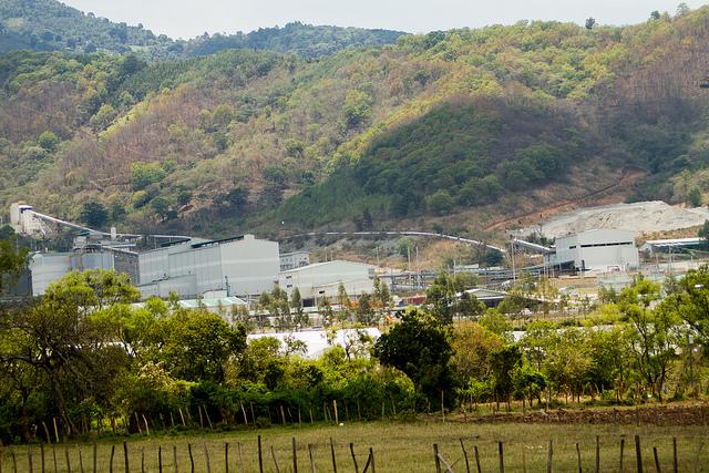 Las instalaciones de la mina de plata localizada en medio del municipio rural de San Rafael Las Flores, en Guatemala, están cerradas desde 2017, como resultado de la lucha de los pobladores de la zona contra esa actividad, que no les había sido consultada debidamente, como avaló el tribunal constitucional del país. Crédito: Edgardo Ayala/IPS