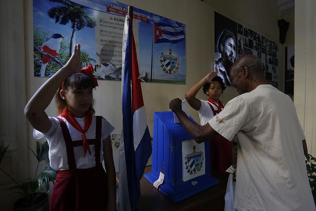 Un elector ejerce su derecho de voto durante el referendo sobre la nueva Constitución, en una mesa en la capital de Cuba, el domingo 24 de febrero. El texto de 229 artículos fue aprobado por 86, 85 por ciento de los votos válidos. Crédito: Jorge Luis Baños/IPS