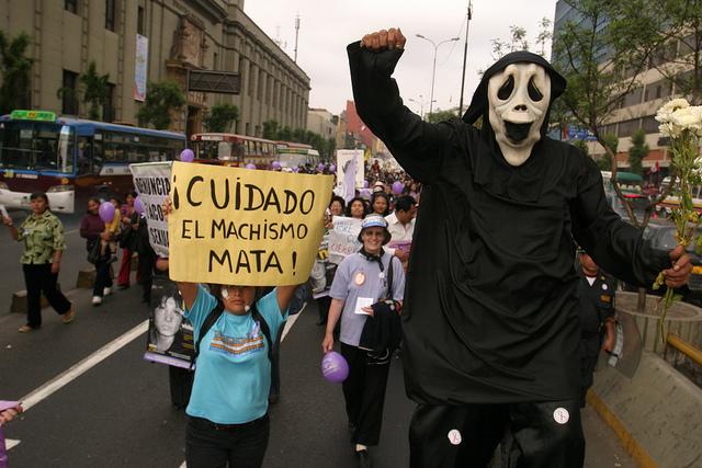 """""""Cuidado: el machismo mata"""", reza un cartel en una de las movilizaciones contra los feminicidios y toda violencia contra las mujeres, que se han repetido en Lima en 2018, al igual que en otras ciudades de América Latina. Pero eso no evitó que solo en enero en Perú hubiese 11 asesinatos de mujeres a causa de su género. Crédito: Mariela Jara/IPS"""