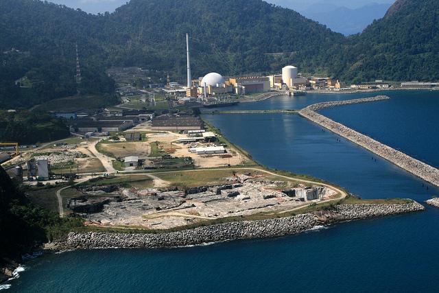 Imagen aérea de la zona donde se proyecta construir la tercera planta nuclear en Angra, al lado de las plantas Angra 1 y Angra 2, sobre una zona costera cercana a la ciudad de Angra dos Reis, al sur de Río de Janeiro, en el sureste de Brasil. Crédito: Divulgación Electronuclear