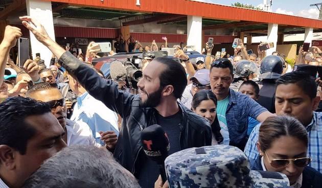 El presidente electo de El Salvador, Nayib Bukele, de 37 años, saluda durante la jornada electoral, en que obtuvo un arrasador triunfo. Crédito: Nuevas Ideas