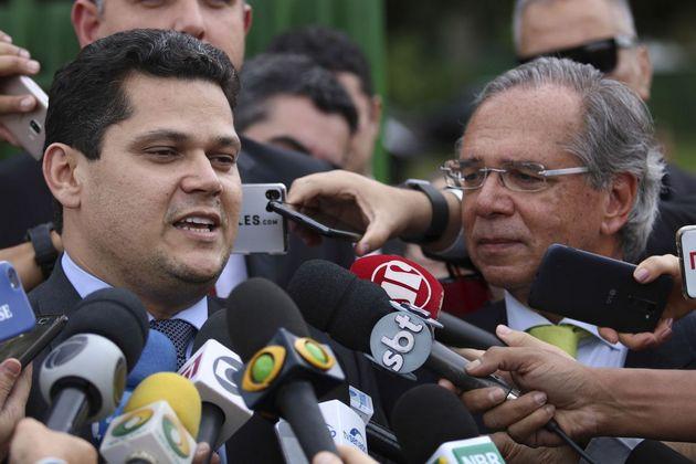 El ministro de Economía, Paulo Guedes (D) y el nuevo presidente del Senado, Davi Alcolumbre, tras un encuentro en Brasilia. El papel de Alcolumbre es determinante en el proceso para aprobar la reforma del sistema previsional de Brasil, que necesita el voto de tres quintas partes de las dos cámaras del parlamento, al requerir una enmienda constitucional. Crédito: Rodrigues Pozzebom/Agência Brasil