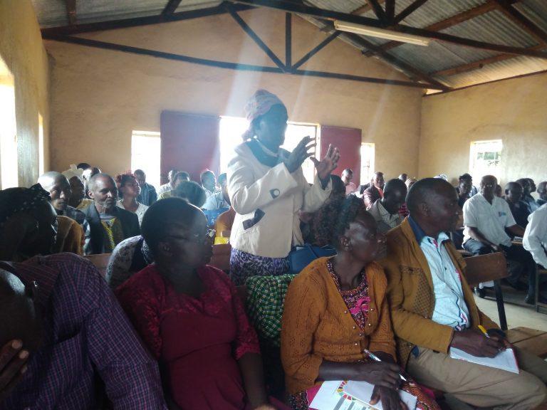 Hombres y mujeres de la localidad de Kalawa, en el condado de Makueni, en Kenia, participaron de un foro de diálogo sobre los Objetivos de Desarrollo Sostenible. Muchos participantes se quejaron de que los proyectos no incluyen su visión de la realidad ni sus aportes. Crédito: Justus Wanzala/IPS