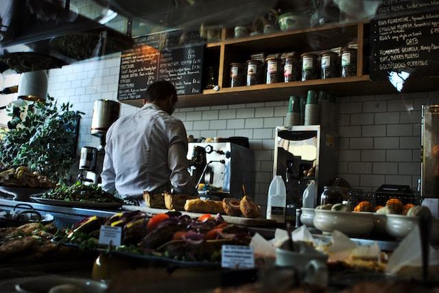 Cuando se abrió una vacante en la cocina, un compañero del restaurante le enseñó a Pedro a usar la plancha para que pudiera trabajar. Crédito: Carmen Arroyo/IPS.