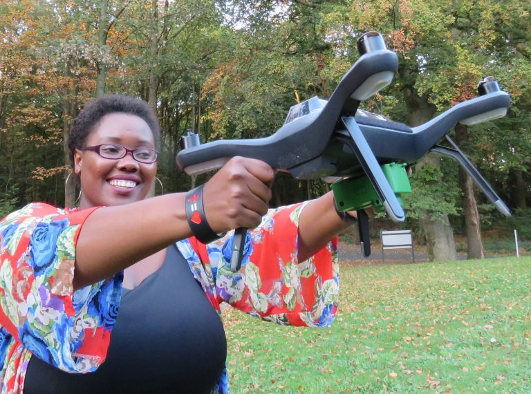 La empresaria tanzana del sector de tecnologías de la información y la comunicación, Rose Funja, muestra uno de los drones que usa como herramienta en su empresa de mapeo de datos. Crédito: Busani Bafana/IPS.