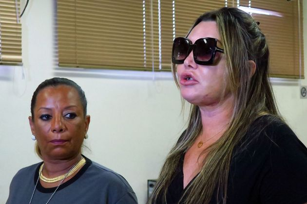 La paisajista Elaine Caparroz, de 55 años, nueve días después de ser brutalmente golpeada en su residencia por un hombre con quien mantenía una relación por Internet de ocho meses. Socorrida por el portero de su edificio, sobrevivió con marcas en todo el cuerpo, un diente roto y 60 puntos de sutura. Es solo uno de los casos de gran repercusión de mujeres asesinadas o agredidas en Brasil, que en 2018 sumaron 4,7 millones o 536 a cada hora. Crédito: EBC