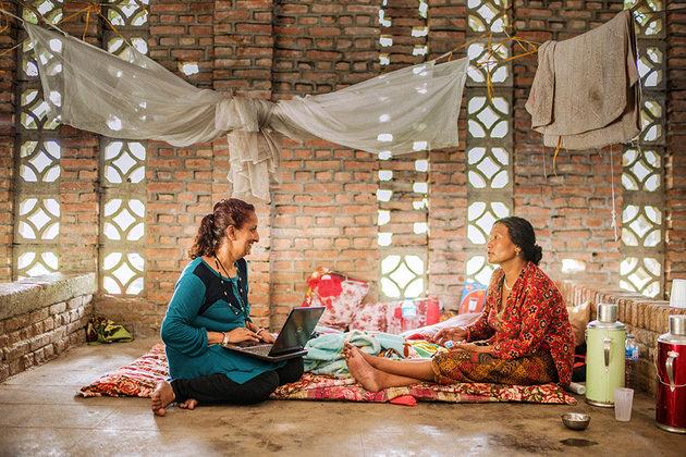 Sujata Sharma Poudel, consejera psicosocial, habla con una mujer local en el Centro de Rehabilitación en Panchkhal Nepal. Luego del terremoto del 2015, Ashmita Tamang, consejera psicosocial del distrito con el Centro de Víctimas de Tortura situado en Nepal, reiteró que el número de casos de violencia doméstica y sexual aumentó. Crédito: Samir Jung Thapa/ONU Mujeres