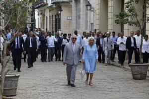 El príncipe Carlos de Inglaterra, heredero de la corona británica, y su esposa Camila caminan por una calle de La Habana Vieja, en una de las actividades de su visita oficial a la capital cubana, entre el 24 y 27 de marzo. Los países europeos mantienen su apertura en las relaciones con Cuba, en contraste de Washington. Crédito: Jorge Luis Baños/IPS