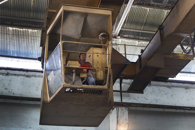 Aracelys Leyva, de 51 años, opera una grúa en uno de los talleres de la estatal Fábrica de Producciones Mecánicas, en el municipio de Palma Soriano, en la oriental provincia de Santiago de Cuba. Crédito: Jorge Luis Baños/IPS
