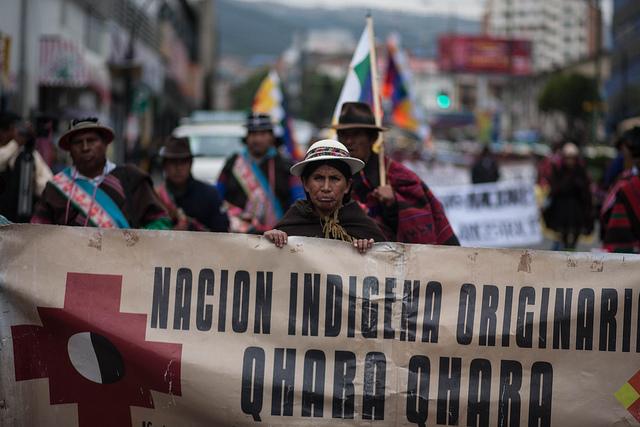 Tras recorrer casi 700 kilómetros durante 41 días, integrantes de la nación Qhara Qhara entran el 18 de marzo en La Paz, el centro político de Bolivia, para demandar cambios legales que garanticen sus derechos territoriales y originarios, en beneficio de los 36 pueblos originarios del país. Crédito: Gastón Brito/IPS