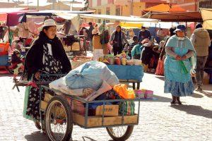 Una mujer en el mercado en El Alto, Bolivia. Crédito: Elena Hertz/ONU Mujeres