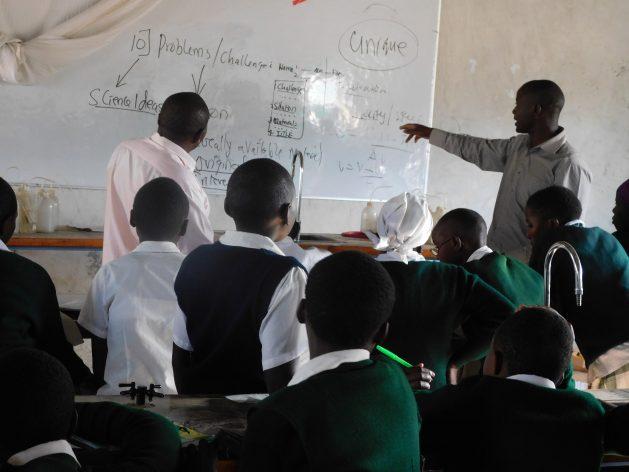 El profesor de matemática y física Peter Tabichi dando clase en la escuela secundaria mixta Keriko, donde trabaja. Este profesor fue nominado para el Premio Global a la Enseñanza. Crédito: Cortesía: Peter Tabichi.