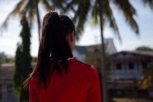 """Cada vez más mujeres de Myanmar (Birmania) son víctimas de trata y tráfico y terminan como """"novias"""" en China. Aung Ja* tenía 18 años cuando una mujer de Myitkina, en el norte del país, la convenció de aceptar un empleo en una fábrica en China. La rescataron en 2017 y ahora forma parte de un programa de prevención de ONU Mujeres. Crédito:: Stuart Mannion/ONU Mujeres."""