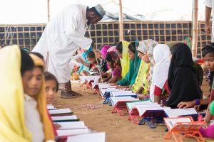 Un grupo de niñas rohinyás toma clases de educación religiosa en una madraza en uno de los campos para refugiados de Bangladesh. Desde enero, el gobierno de Daca ordenó la expulsión de los niños rohinyás de las escuelas del país, una medida que ha provocado la protesta de los grupos de derechos humanos. Crédito: Kamrul Hasan/IPS
