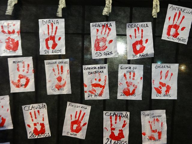 Parte de un mural de manos ensangrentadas, con los nombres de algunas de las mujeres víctimas de feminicidio, durante una movilización en la capital de Argentina, bajo la consigna #NiUnaMenos. En las sociedades latinoamericanas crece la sensibilización contra estos crímenes machistas, mientras se promueven nuevas medidas para ponerle freno. Crédito: Fabiana Frayssinet/IPS