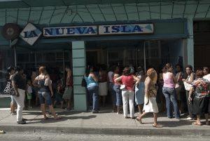 Un grupo de personas, mayoritariamente mujeres, aguarda a poder ingresar a un mercado un mercado en la ciudad de Santiago de Cuba, en la región de Oriente,, donde la encuesta Enig-2016 encontró la situación más desventajosa para las mujeres en Cuba. Crédito: Jorge Luis Baños/IPS