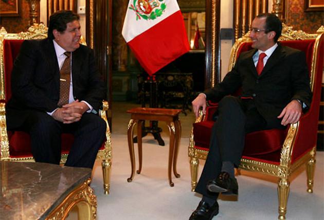 El fallecido Alan Garcia (I) conversa con Marcelo Odebrecht, entonces presidente de la constructora brasileña, durante una de las ocasiones que recibió en su despacho, siendo mandatario de Perú. Crédito: Presidencia de Perú