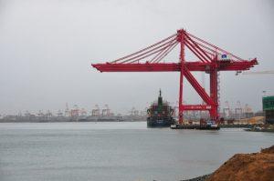 Con apoyo de inversiones chinas, la expansión del puerto de Colombo, en Sri Lanka, busca aprovechar el lucrativo comercio de mercancías con destino a India. Crédito: Amantha Perera/IPS