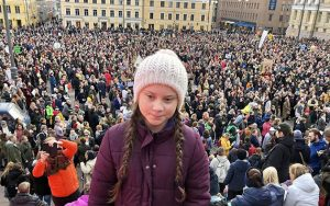 La activista adolescente sueca Greta Thunberg delante de una manifestación en Helsinki, en la mayor manifestación contra el cambio climático ocurrida en Finlandia. Crédito: Svante Thunberg/Twitter