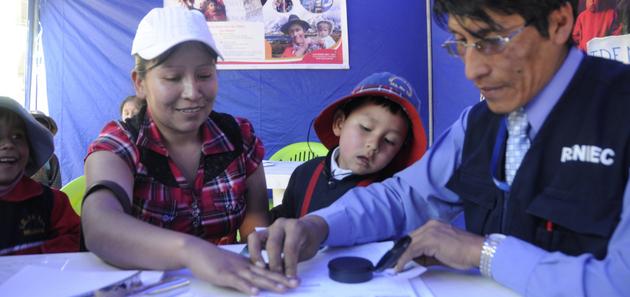 Una madre con su niño en una operación del Registro Nacional de Identificación y Estado Civil en Perú. En América Latina 34 millones de personas son invisibles por carecer de documento de identidad. Crédito: BID
