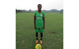 Hanna Hemrom, la ahora adolescente de la localidad de Rangatungi, en el norte de Bangladesh, que en 2014 fue la semilla de un equipo de fútbol de niñas, que ayudo a su empoderamiento mediante el deporte y a conquista buenos logros en las canchas. Ahora el equipo de fútbol local creó una escuela femenina que enseña ese deporte a las niñas y adolescentes. Crédito: Cortesía de Young Bangla