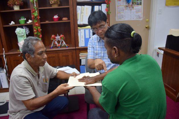 Los médicos Ken Jetton (izquierda) y Arturo Cunanan (centro) atienden a un paciente curado de lepra en la clínica especializada en la enfermedad de Hansen en Majuro, capital de Islas Marshall, quien presenta una reacción de reversión. Crédito: Stella Paul/IPS.