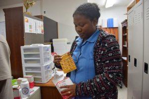 La enfermera Meretha Pierson, en la clínica especializada en lepra de Majuro, en Islas Marshall, muestra los medicamentos que curan la enfermedad de Hansen, y que se entregan de forma gratuita. Crédito: Stella Paul/IPS