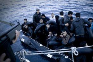 Migrantes recogidos por la guardia costera griega en el Mediterráneo. Para 2027, la Unión Europea planea ampliar de 1.500 a 10.000 la dotación de sus guardias fronterizos armados, para patrullar sus fronteras terrestres y marítimas. Algo que despierta la prevención de activistas humanitarios. Crédito: Nikos Pilos / IPS