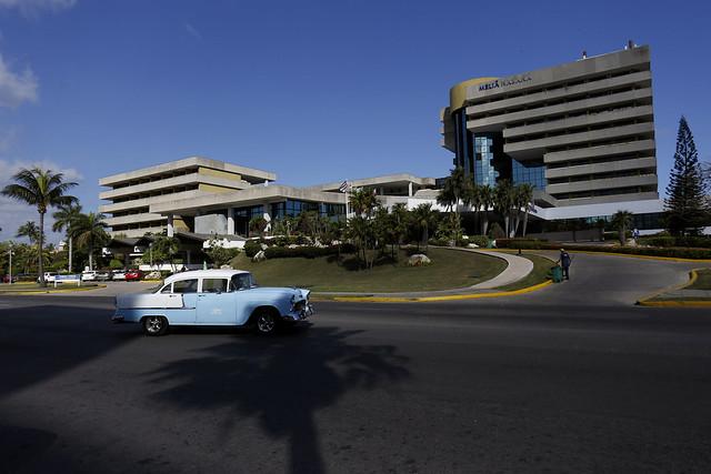 El hotel Meliá Habana, una de las instalaciones que opera la cadena hotelera española en Cuba. Una familia cubana residente en Estados Unidos notificó el 20 de mayo a esa empresa que demandará la devolución del edificio donde opera en la ciudad de Cienfuegos, con base en el Título III de la ley Helms-Burton. Crédito: Jorge Luis Baños/IPS